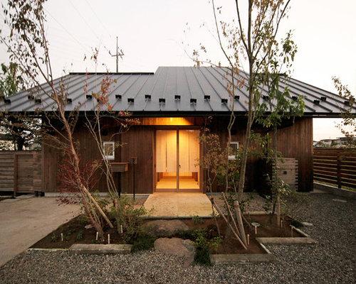 Braunes, Einstöckiges Asiatisches Einfamilienhaus Mit Holzfassade Und  Blechdach In Sonstige