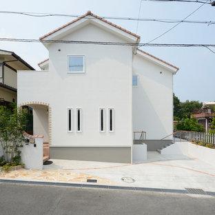大阪のモダンスタイルの白い家の画像 (切妻屋根、瓦屋根)