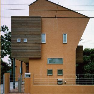 東京都下の北欧スタイルのおしゃれな家の外観 (オレンジの外壁) の写真