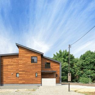 横浜のコンテンポラリースタイルのおしゃれな家の外観 (木材サイディング、茶色い外壁、片流れ屋根) の写真
