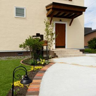 Idee per la facciata di una casa beige country con falda a timpano