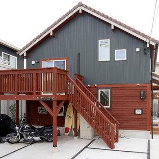 他の地域のトラディショナルスタイルのおしゃれな切妻屋根の家 (マルチカラーの外壁) の写真