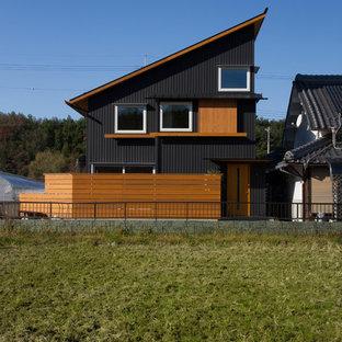 Modelo de fachada de casa negra, moderna, de dos plantas, con tejado de un solo tendido y tejado de metal