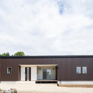 他の地域の中くらいのモダンスタイルのおしゃれな家の外観 (茶色い外壁) の写真