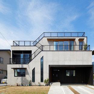 Modelo de fachada de casa gris, urbana, pequeña, a niveles, con tejado plano y tejado de teja de madera