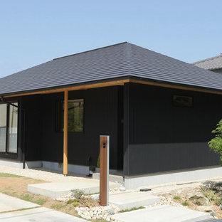 他の地域の小さい和風のおしゃれな家の外観 (メタルサイディング、黒い外壁) の写真
