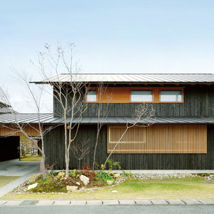 他の地域のおしゃれな家の外観 (木材サイディング、黒い外壁) の写真