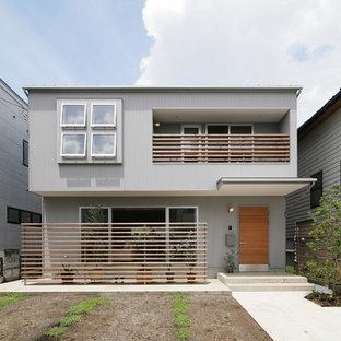 他の地域のアジアンスタイルのおしゃれな家の外観 (メタルサイディング、グレーの外壁) の写真