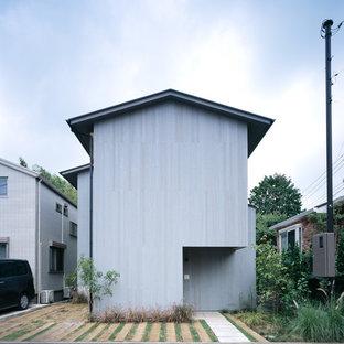 東京都下のモダンスタイルのおしゃれな家の外観 (木材サイディング、グレーの外壁) の写真