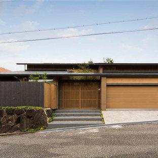 他の地域のアジアンスタイルのおしゃれな家の外観 (茶色い外壁) の写真