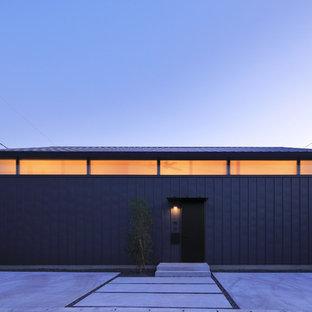 他の地域のコンテンポラリースタイルのおしゃれな切妻屋根の家 (黒い外壁) の写真