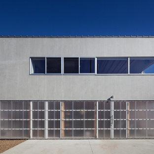 他の地域のラスティックスタイルのおしゃれな家の外観 (コンクリートサイディング、グレーの外壁) の写真