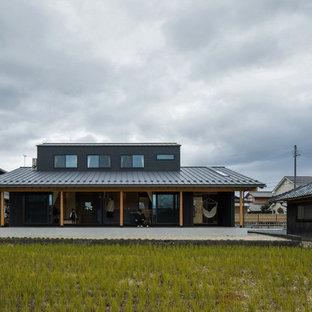 他の地域の中くらいの和風のおしゃれな家の外観 (木材サイディング、黒い外壁) の写真