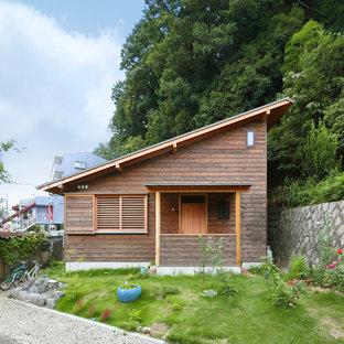 他の地域の小さいアジアンスタイルのおしゃれな家の外観 (木材サイディング、茶色い外壁) の写真