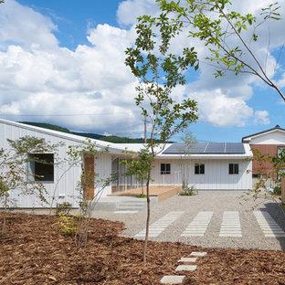 他の地域の中くらいの北欧スタイルのおしゃれな家の外観 (メタルサイディング) の写真