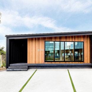 他の地域のコンテンポラリースタイルのおしゃれな家の外観 (マルチカラーの外壁) の写真