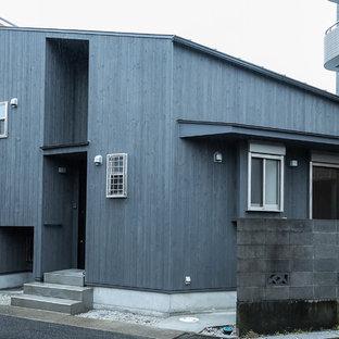 他の地域の小さいアジアンスタイルのおしゃれな家の外観 (木材サイディング、黒い外壁) の写真