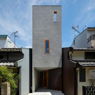 大阪のモダンスタイルのおしゃれな家の外観 (グレーの外壁) の写真