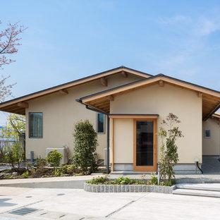 他の地域の和風のおしゃれな切妻屋根の家 (ベージュの外壁) の写真