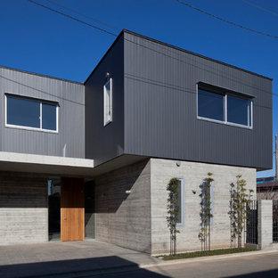 他の地域のコンテンポラリースタイルのおしゃれな家の外観 (コンクリートサイディング、グレーの外壁、混合材屋根) の写真