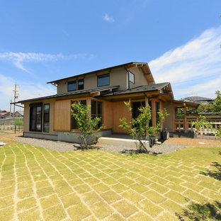他の地域のアジアンスタイルのおしゃれな切妻屋根の家 (茶色い外壁) の写真