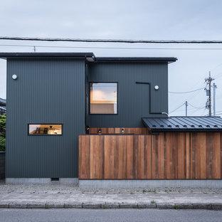 他の地域のモダンスタイルのおしゃれな黒い外観の家の写真