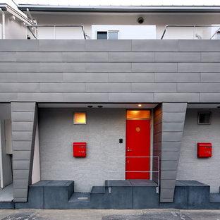Esempio della facciata di un appartamento grigio moderno a due piani di medie dimensioni con rivestimento in metallo, falda a timpano e copertura in metallo o lamiera