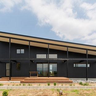 他の地域のコンテンポラリースタイルのおしゃれな家の外観 (木材サイディング) の写真