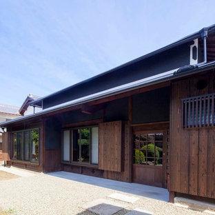 他の地域の和風のおしゃれな大きな家 (木材サイディング、茶色い外壁) の写真
