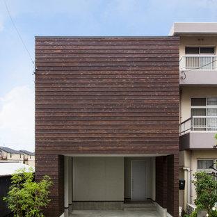 名古屋のコンテンポラリースタイルのおしゃれな家の外観 (木材サイディング、茶色い外壁、陸屋根) の写真