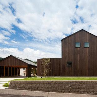 他の地域の巨大なアジアンスタイルのおしゃれな一戸建ての家 (木材サイディング、茶色い外壁) の写真