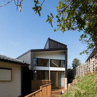 他の地域の小さいコンテンポラリースタイルの家の外観の画像 (木材サイディング、黒い外壁、片流れ屋根)