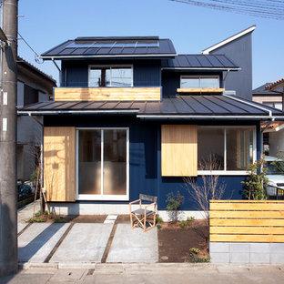 横浜のモダンスタイルのおしゃれな家の外観 (青い外壁) の写真