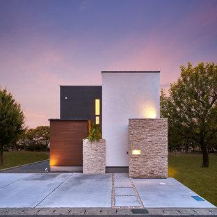 Diseño de fachada de casa multicolor, moderna, con tejado plano y revestimiento de madera
