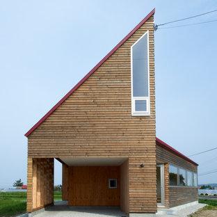 札幌のコンテンポラリースタイルのおしゃれな陸屋根の家 (木材サイディング、茶色い外壁) の写真