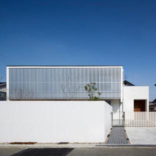 Ejemplo de fachada blanca, minimalista, de dos plantas, con tejado plano