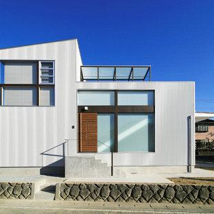他の地域のモダンスタイルのおしゃれな家の外観 (メタルサイディング、グレーの外壁) の写真