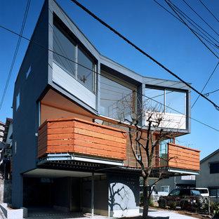 東京23区の中くらいのアジアンスタイルのおしゃれな家の外観 (黒い外壁、漆喰サイディング) の写真