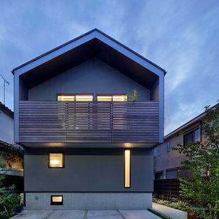 Foto de fachada de casa multicolor, nórdica, pequeña, de tres plantas, con revestimiento de metal, tejado a dos aguas y tejado de metal