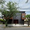 桜の眺めを取り込む、趣のあるレトロモダンな家