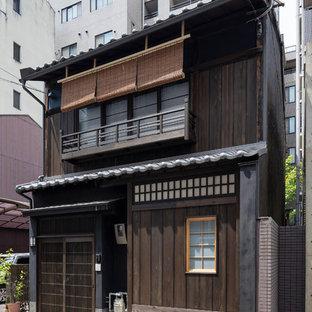 京都のアジアンスタイルのおしゃれな二階建ての家 (茶色い外壁、木材サイディング) の写真