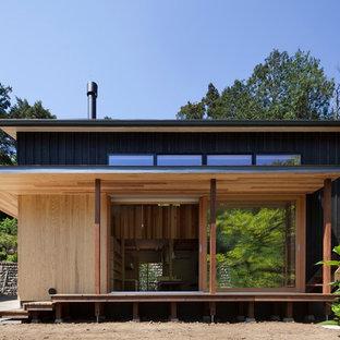 横浜のアジアンスタイルのおしゃれな平屋 (木材サイディング、茶色い外壁、陸屋根) の写真