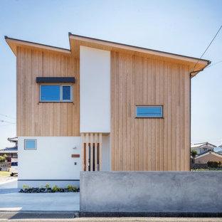 他の地域のアジアンスタイルのおしゃれな家の外観 (混合材サイディング、マルチカラーの外壁) の写真