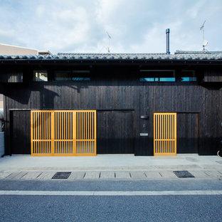 他の地域のトラディショナルスタイルのおしゃれな家の外観 (黒い外壁) の写真