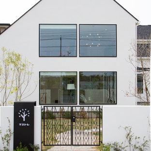 Imagen de fachada blanca, nórdica, con tejado a dos aguas
