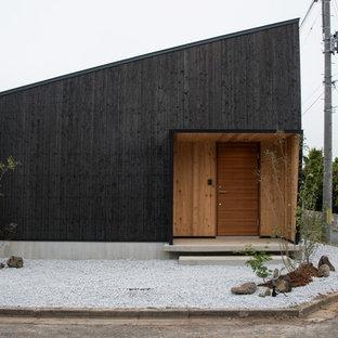 Idee per la facciata di una casa nera etnica con rivestimento in legno e tetto a una falda