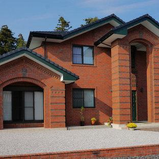 他の地域, のトラディショナルスタイルの家の外観の写真 (レンガサイディング、茶色い外壁)