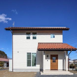 他の地域の中くらいのカントリー風おしゃれな家の外観 (漆喰サイディング) の写真
