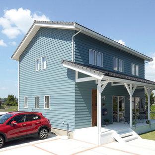他の地域のビーチスタイルのおしゃれな切妻屋根の家 (青い外壁) の写真