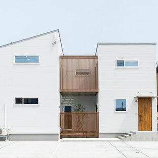 他の地域のアジアンスタイルのおしゃれな家の外観 (混合材サイディング) の写真
